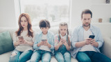 По колко време прекарват децата пред смартфоните си