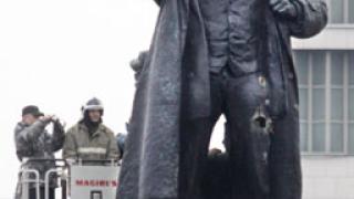 """Обезглавиха"" паметник на Ленин и Надежда Крупская"