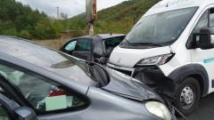 Пътнически микробус катастрофира край Враца