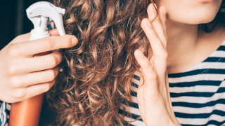 Враговете на къдравата коса през лятото