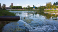 Река Русенски Лом се оцвети в електриковосиньо