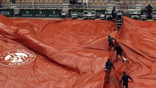 Дъжд отложи развръзката на полуфиналната битка между Джокович и Тийм