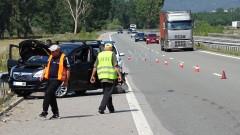 """Катастрофа между бус и кола на АМ """"Струма"""" прати две деца в болница"""