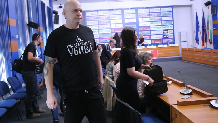 """Слави Трифонов облече тениска """"Системата ни убива"""""""