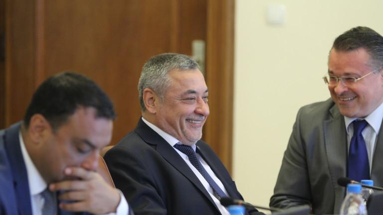 Симеонов отрича да си шушне с оръжейни търговци в кабинета
