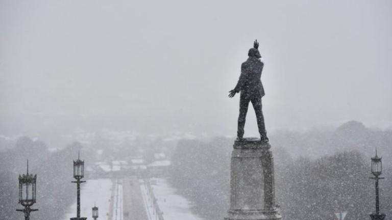 Силни снеговалежи обхванаха голяма част от Великобритания и парализираха движението