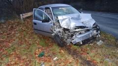 Двама души пострадаха след челен удар между кола и тир