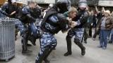 Закопчаха Навални пред дома му на отиване на протест в Москва