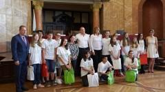 Радев пожела на ученици да мечтаят на български език