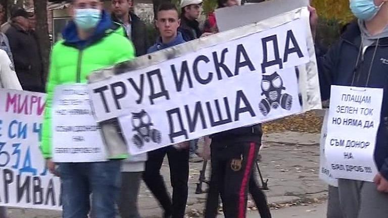 Стотици жители на с. Труд блокираха Карловско шосе в знак на протест