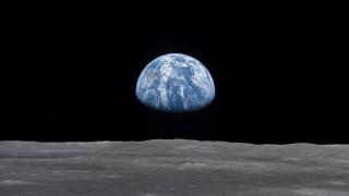 Има ли извънземни и кацал ли е човек на Луната