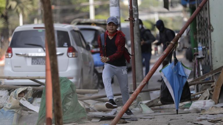 Хунтата в Мианмар поиска военните да не стрелят по протестиращи