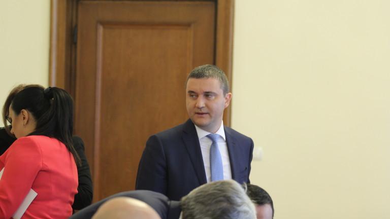 Съкращения в щата на НАП няма да има, увери Горанов