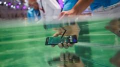 Съдят Samsung в Австралия заради подвеждаща реклама за телефон, който може да се ползва в басейн