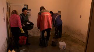 Бригади ремонтират пострадали от наводнението къщи в бургаско