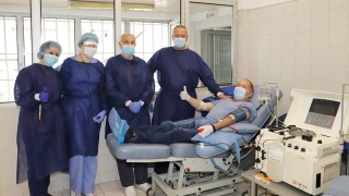 Лекар от първата линия дари плазма, след като заболя и се пребори с COVID-19