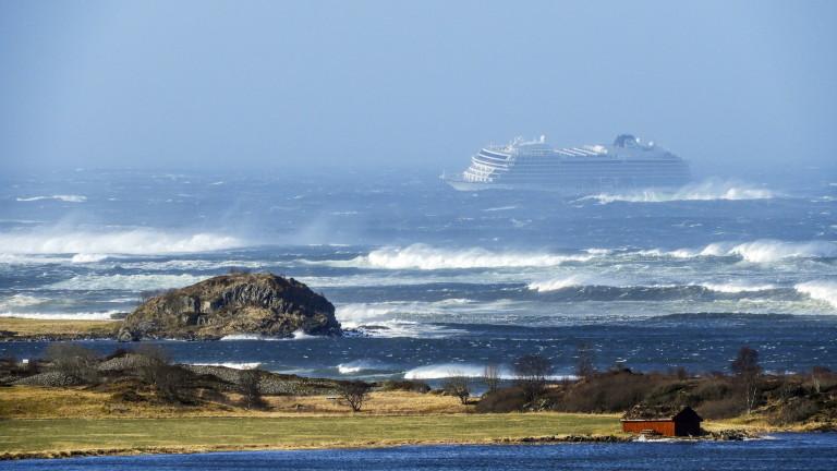 Разпространиха кадри от бедстващия круизен лайнер край Норвегия