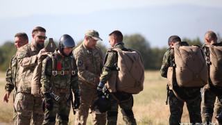Наши спецчасти тренират скокове с парашути заедно с военни от САЩ