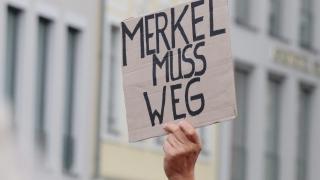 """Ругатни за канцлера в Дрезден, крещят """"Меркел трябва да си ходи"""" и """"предател"""""""