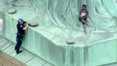 Жена се покачи на Статуята на свободата