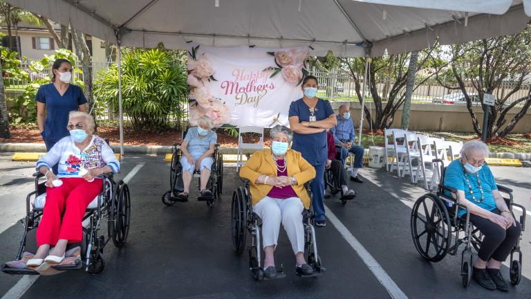 САЩ с над 100 000 жертви на COVID в старческите домове