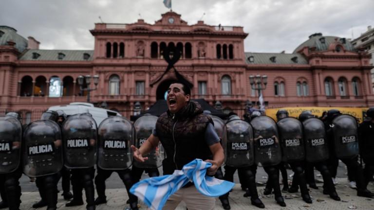 Фенове и полиция се биха по време на поклонението на Марадона