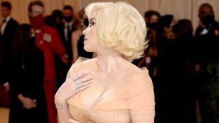 Защо Били Айлиш смята, че хората се страхуват от големи гърди