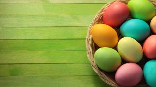 Боядисайте първите две яйца червени