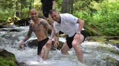 Играчите на Локомотив с възстановяващо занимание в ледени води