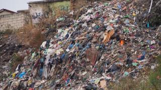 """Чистят незаконното сметище в циганската махала """"Максуда"""" във Варна"""