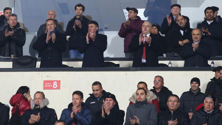 Министърът на младежта и спорта - Красен Кралев гледа важния мач в компанията на президента на БФС - Борислав Михайлов.