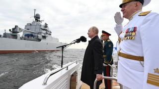 Флотът и авиацията на Русия демонстрират военна мощ край Санкт Петербург