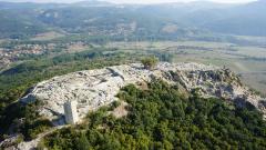 Дрон летя над древния Перперикон