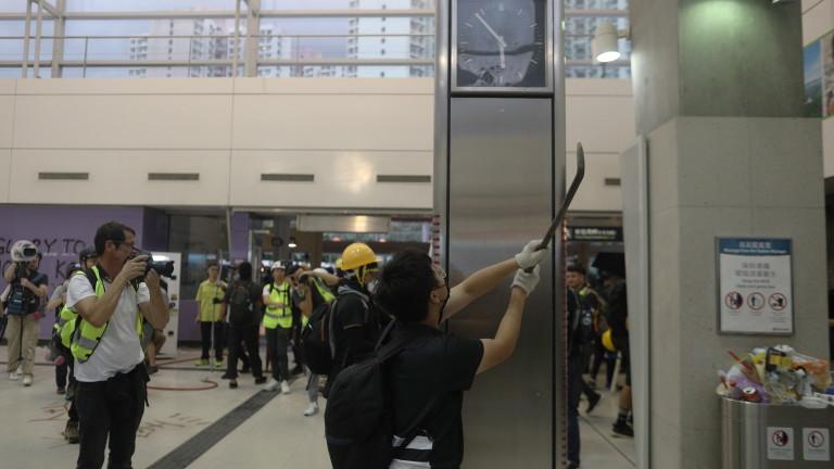 Протестиращите в Хонконг затварят пътищата до летището