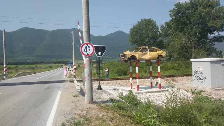 Влак удари автомобил на прелеза в софийското село Кубратово, съобщои