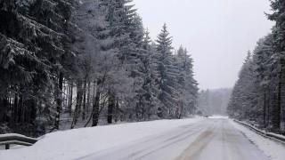 Стотици домакинства във Враца и Монтана на тъмно заради снега