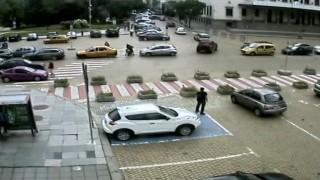 Учат шофьорите да карат внимателно с видеоклип на тежки катастрофи