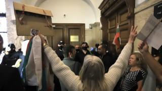 Граждани влязоха в Съдебната палата