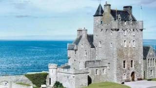 Продават замък в Шотландия от XV век с 32 спални и бар срещу 3,9 милиона лири...