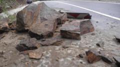 """Скална маса """"се настани"""" на пътя София-Варна при пътен възел Абланица"""