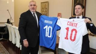 Бойко Борисов и Джузепе Конте си размениха футболни фланелки