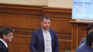 Делян Добрев не е депозирал оставката си