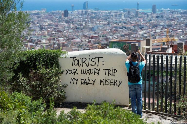 """Надпис в Барселона: """"Туристи: вашето луксозно пътуване е моето ежедневно нещастие"""""""