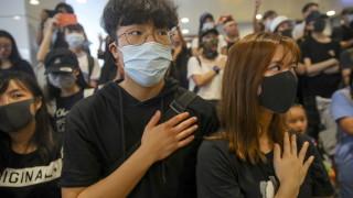 Протести в Хонконг пред училището на момчето, простреляно от полицията при сблъсъците