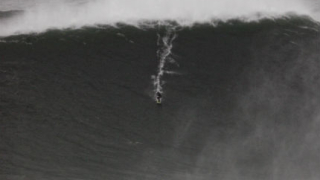 """Сърфист """"улови"""" 30-метрова вълна по време на супербурята"""
