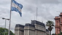 След валутните ограничения аржентинците продължават да купуват долари, но на черно