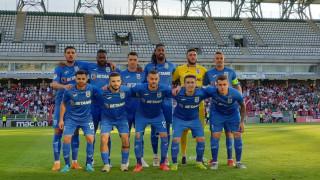 УЕФА санкционира Университатя за сигналната ракета по страничния съдия