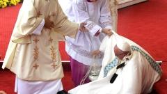 Папата падна по време на меса в Полша