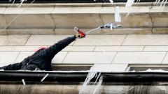 Почистват ледените висулки по сгради в София