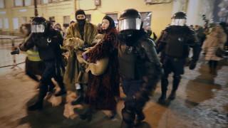 Вестници в Русия заклеймиха полицейските репресии, хвърлянето в затвора на журналист